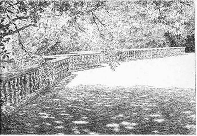 La balustrade séparant la grande terrasse de l'étang