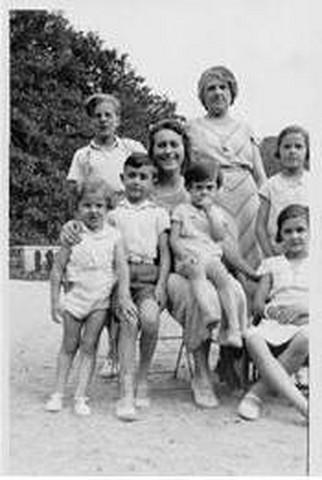 Madeleine Lesieur et sa nièce Madeleine Chereau (épouse d'Edmond Dobler), ainsi que leurs enfants respectifs sur la grande terrasse du château