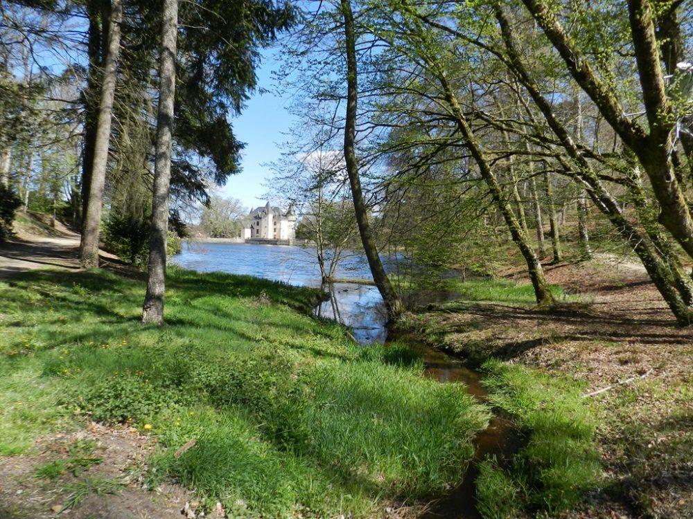 Le château de Nieul - Vue depuis la rivière