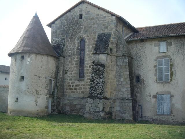 Eglise, contreforts et pigeonnier, Vaulry, crédit photo Sylviane Jary